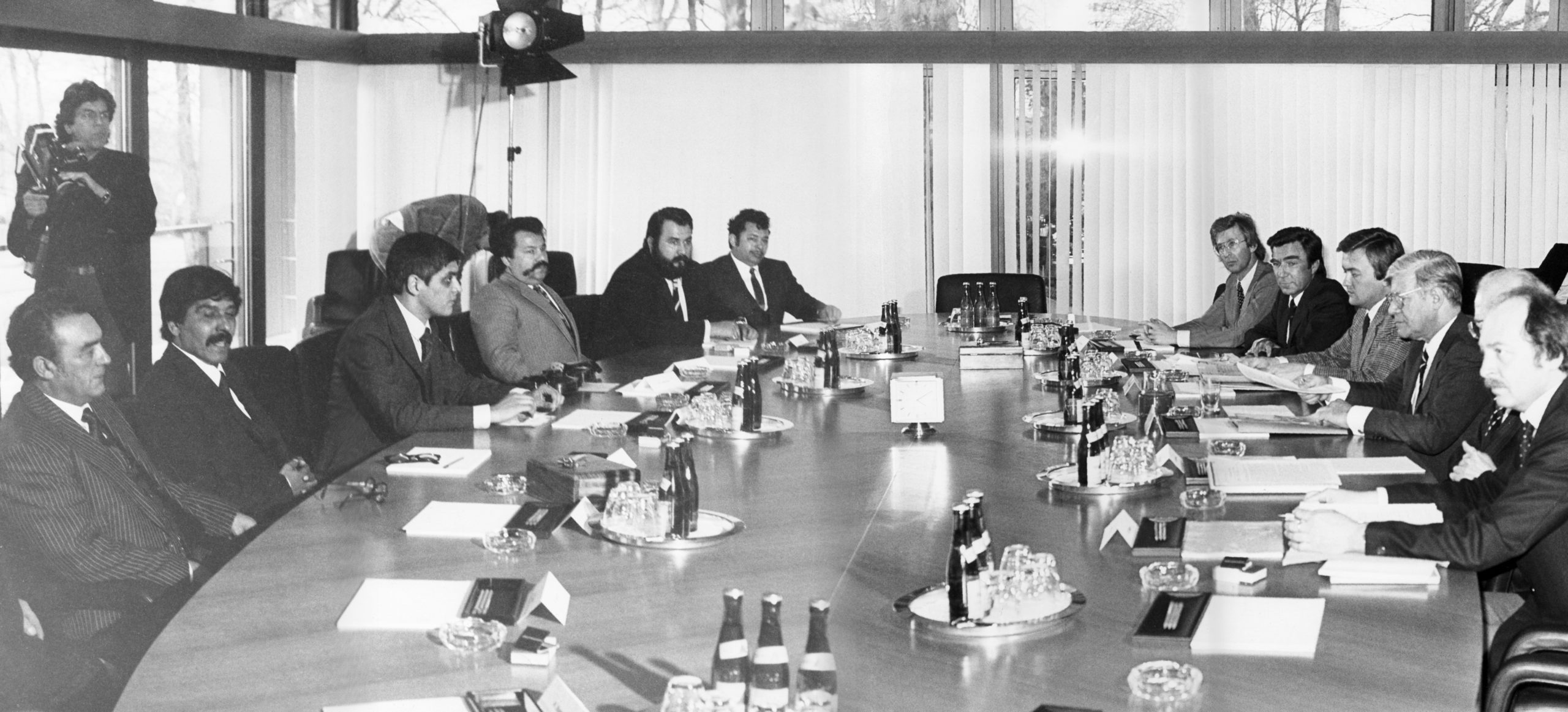 Recognition of the Nazi genocide of the Sinti and Roma by Federal Chancellor Helmut Schmidt, March 1982; pictured, from the left, inter alia: Romani Rose, Josef Kwiek, Anton Franz, Egon Siebert; Secretary of State to the Federal Minister of the Interior, Andreas von Schoeler, alongside Chancellor Helmut Schmidt