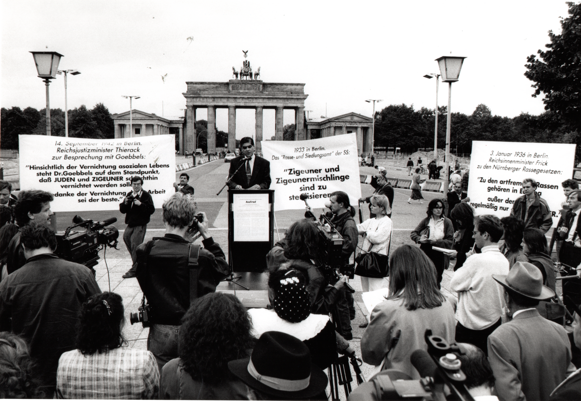 "Commemmorative event with a delegation of 50 Holocaust survivors in front of the Brandenburg Gate to mark the 50th anniversary of the Nazi decree of ""extermination through labour"", September 1992"